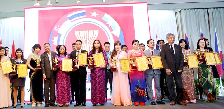 Bác sĩ Hà đứng thứ nhất từ phải sang nhận thương hiệu uy tín ASEAN 2015