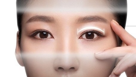 Hương Trang trước khi cắt mí mắt