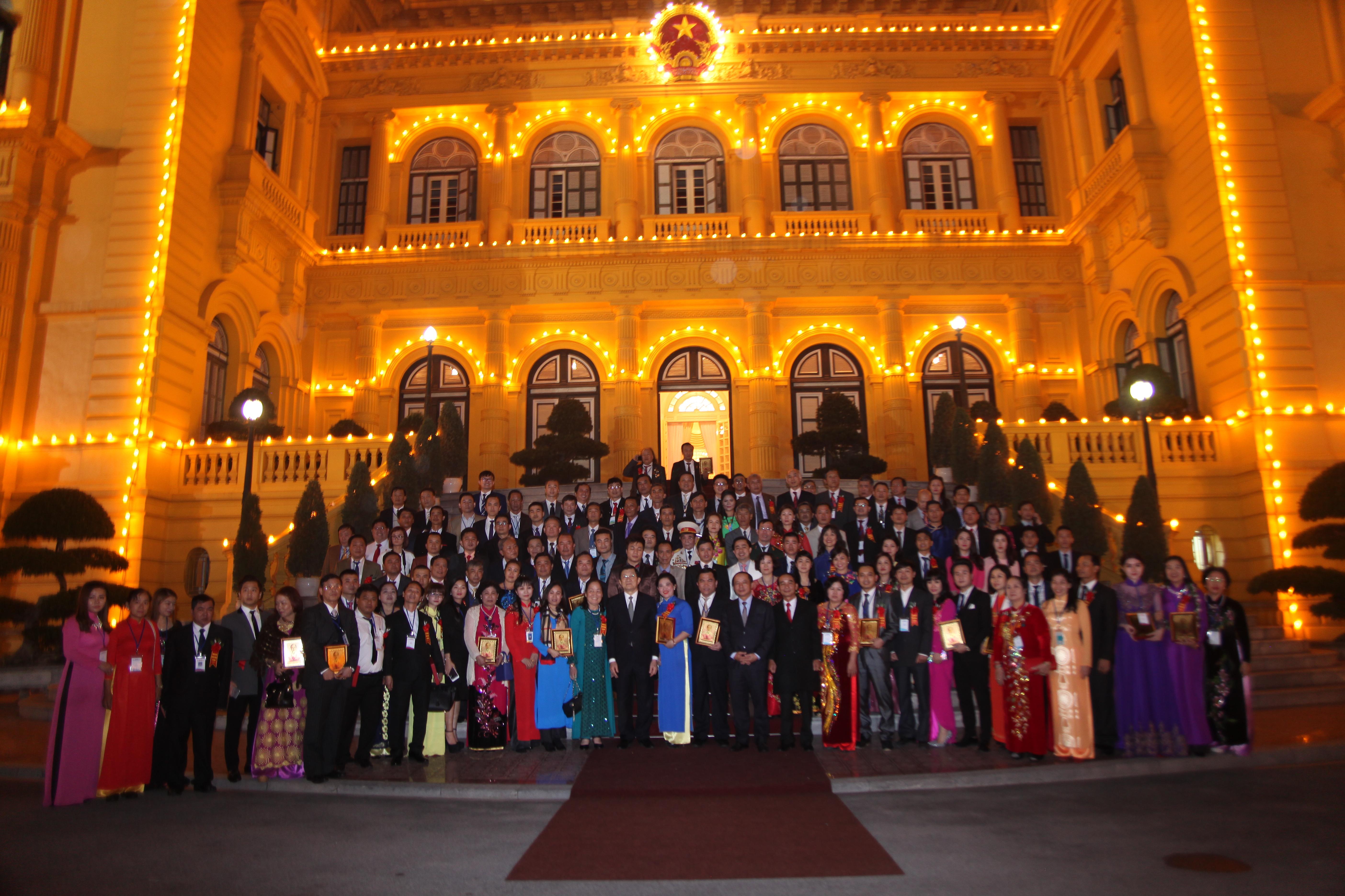 Bác sĩ Phạm Thị Thu Hà nhận kỷ niệm chương chủ tịch nước trao tặng