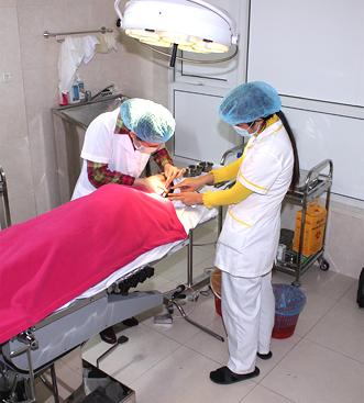 Thạc sĩ, bác sĩ Phạm Thị Thu Hà - Trưởng phòng khám Thẩm mỹ bác sĩ Hà Thanh thực hiện tiểu phẫu chữa tai cụp cho khách hàng.