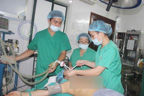 Bác sĩ gây mê trước khi phẫu thuật