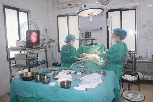 Bác sĩ tiến hành sát trùng cho bệnh nhân
