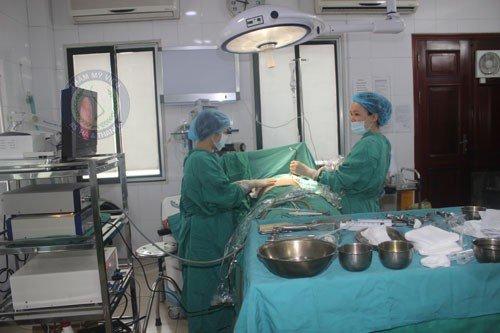 Bác sĩ băng ép ngực cho bệnh nhân