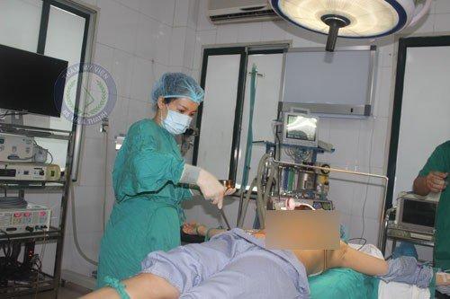 Bác sĩ đưa mô cấy ngực vào vị trí phù hợp