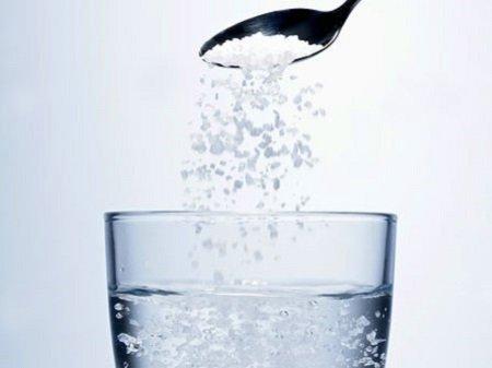 Cách chữa trị hôi nách với nước muối ấm