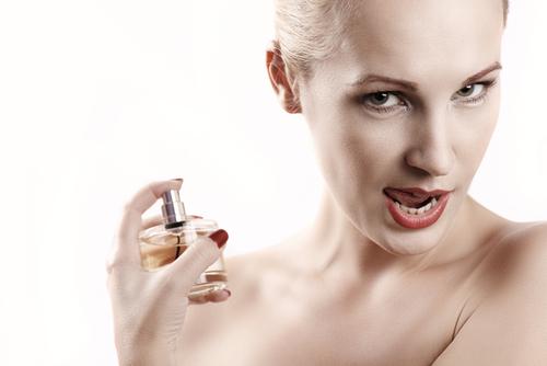 Hỏi về hôi nách có nên dùng nước hoa hay không