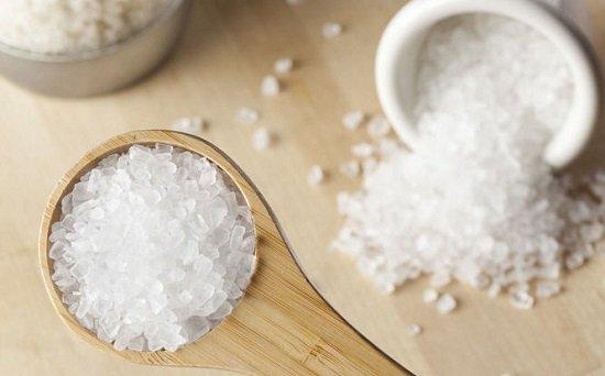 Khử mùi áo hôi nách với muối trắng