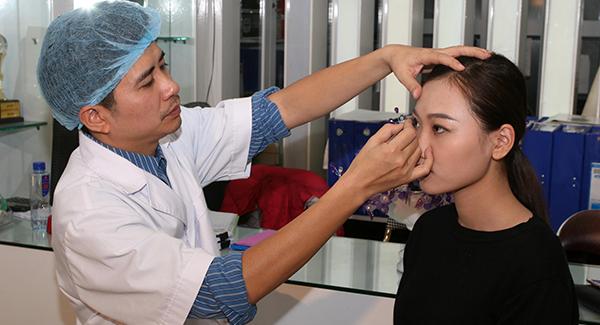 Bác sỹ Nguyễn Chí Thanh đã đích thăm khám, kiểm tra mắt