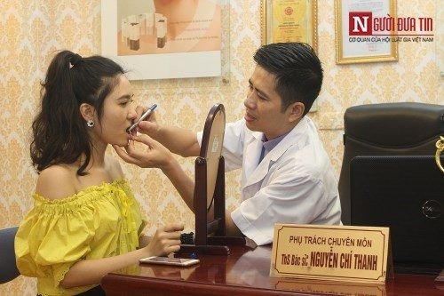 Bác sĩ Thanh khám tư vấn thu hẹp miệng cho Lại Thanh (Thanh Bi)